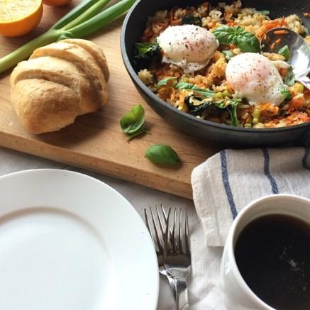 stekt ris og posjert egg